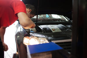 Offene Motorhaube (Kontrolle)